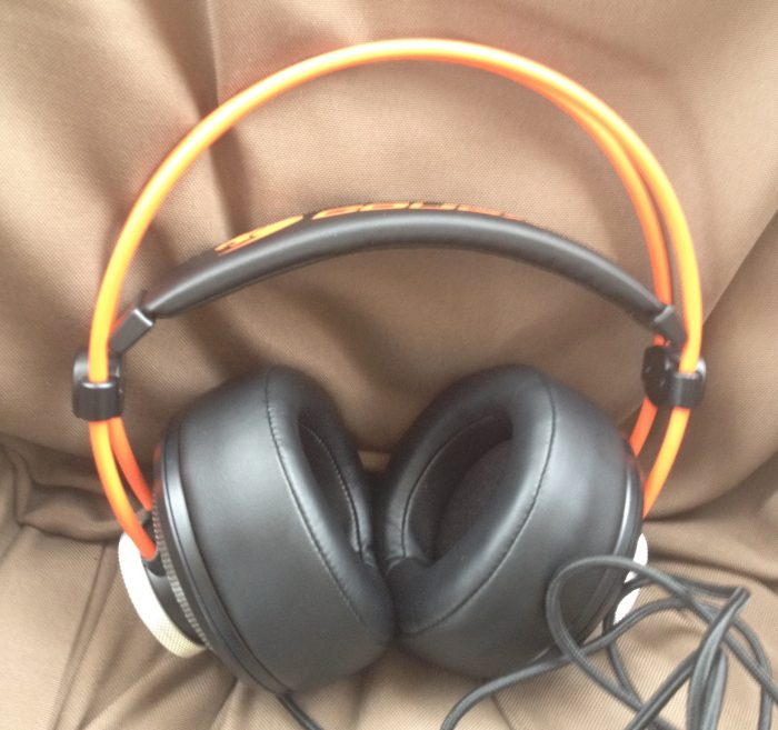 517bcfa13ac The spacious 100 mm ear pads completely insulate your ears in a snug  embrace, but that's not all they're good for. Encircling the ear pads are  metallic ...